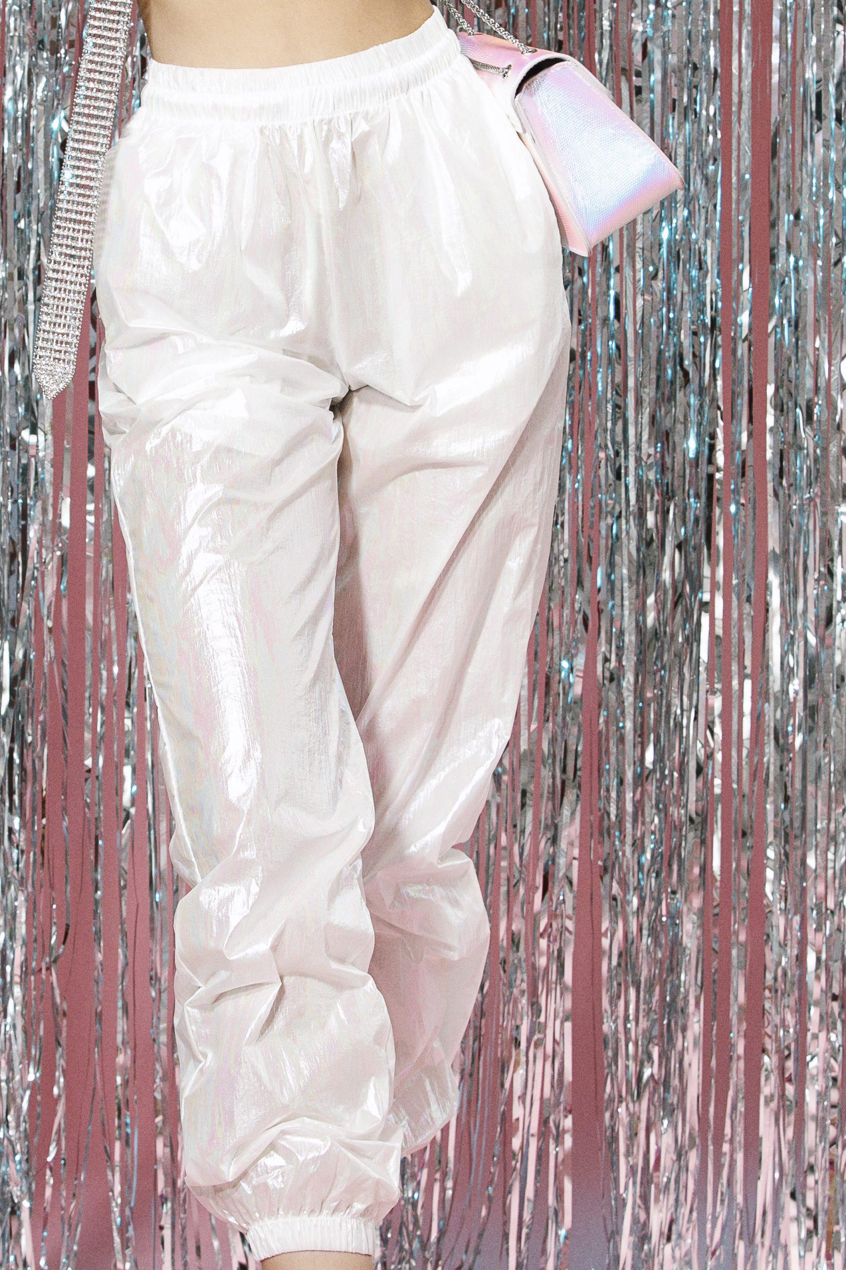 Pantaloni lungi albi cu efect holografic1
